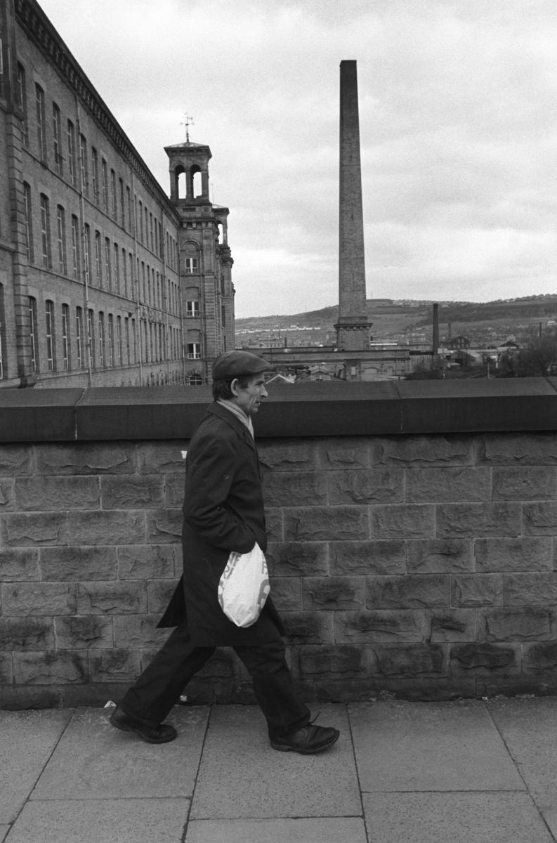 Fabriko darbuotojas grįžta namo po pamainos. Salts Cotton Mills, Saltaire, Yorkshire, 1981