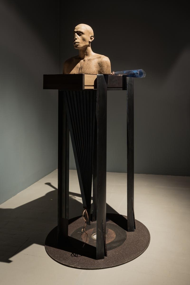 Kūnas ir tamsa_22_Galerija Vartai_V. Viržbickas, Sveikinimai. Žinoti skirtumus tarp intelekto ir jėgos, ir kuris iš jų teikia didžiausią malonumą, 2016. Modernaus meno centro kolekcija