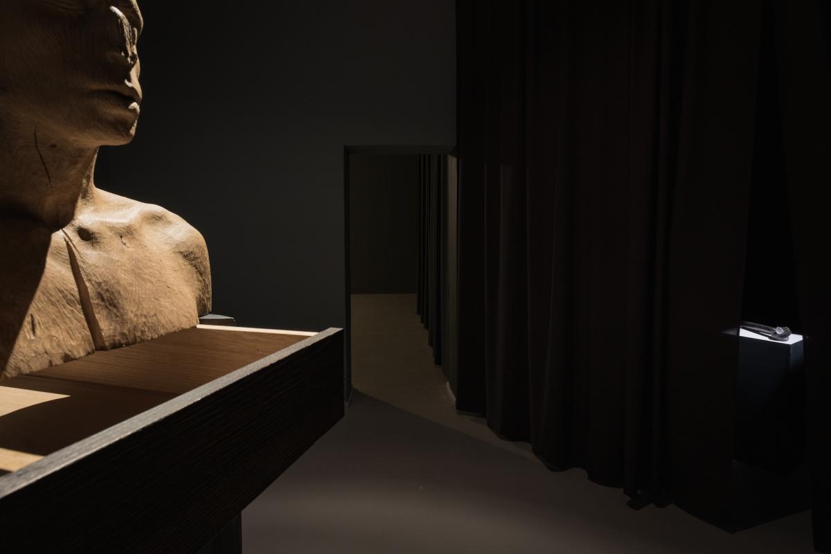 Kūnas ir tamsa_24_Galerija Vartai_ekspozicijos vaizdas