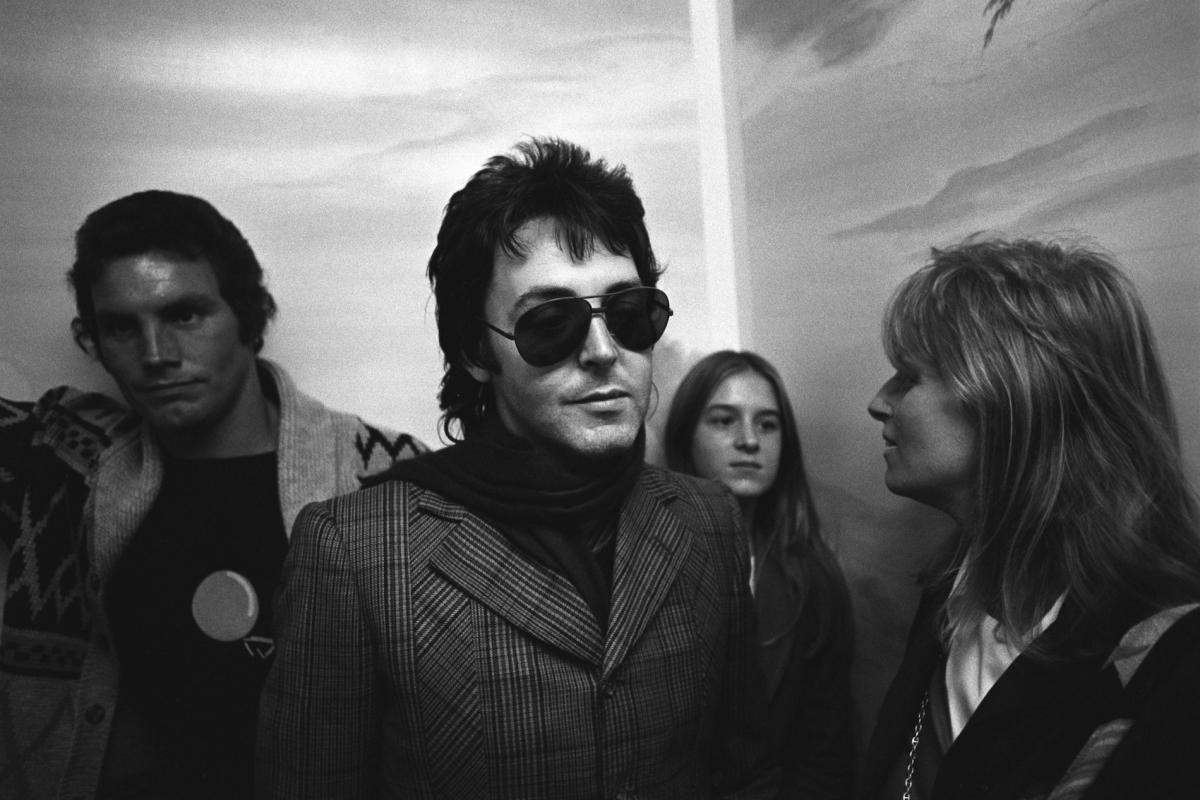 Paul ir Linda McCartney, jų apsauginis ir dukra viešbučio lifte. Mančesteris, 1975